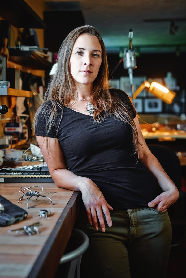 Caroline Arbour, joaillère, créatrice et fondatrice de SCARO, dans son atelier de création.