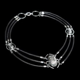 Collier Scarabée 3 cordons en argent sterling et cuir. Ce collier est fait à la main, au Québec.