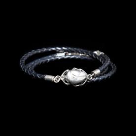 Bracelet Intemporel en cuir tressé avec scarabée et argent sterling. Bijou SCARO.