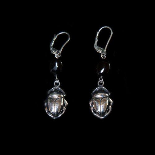 Boucles d'oreilles Black Scarab en forme de scarabée, en argent sterling. Bijou SCARO.