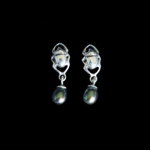 Boucles-d oreilles-Angie-en-argent-sterling-et-perles-de-culture-avec-petit-scarabee.-Bijou-fait-au-Quebec-a-la-main.