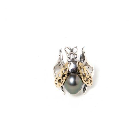 Bague en forme d'abeille en argent sterling et or 18K avec une perle de Tahiti. Ce bague est fabriquée à la main au Québec.